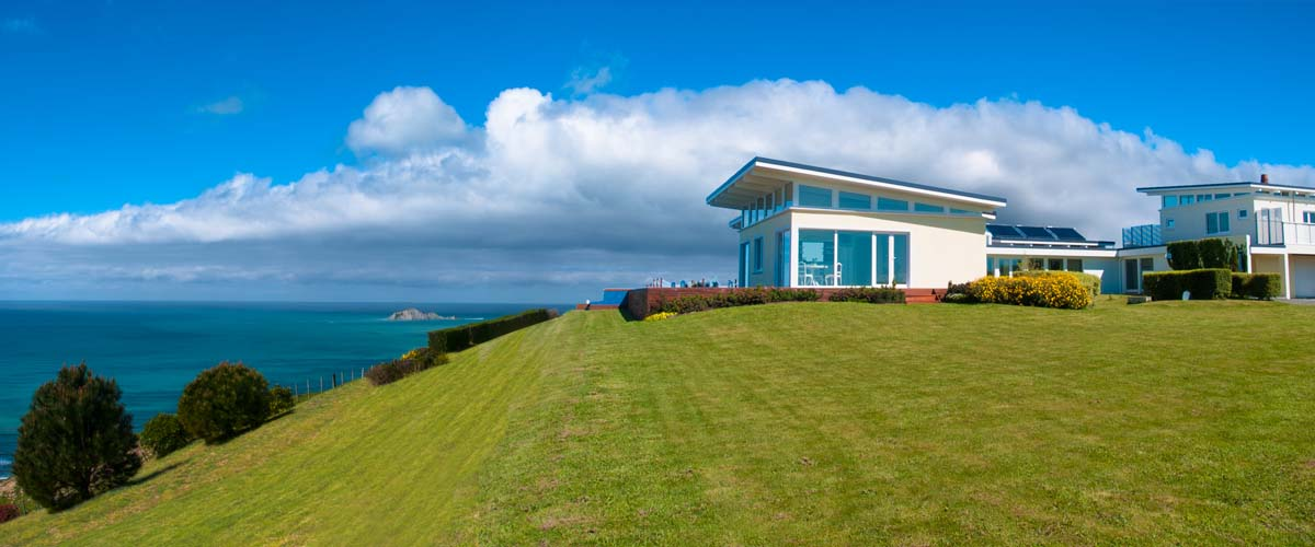 Boutique Accommodation at the Hawkes Bay east coast with sea view serves lunch on the panorama deck