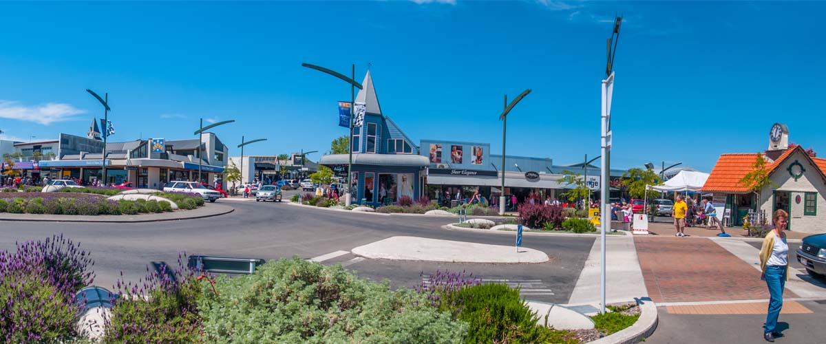 Havelock North shopping mile with I-site in the centre, shops, charming coffee shops, excellent bakery, flowering garden beds